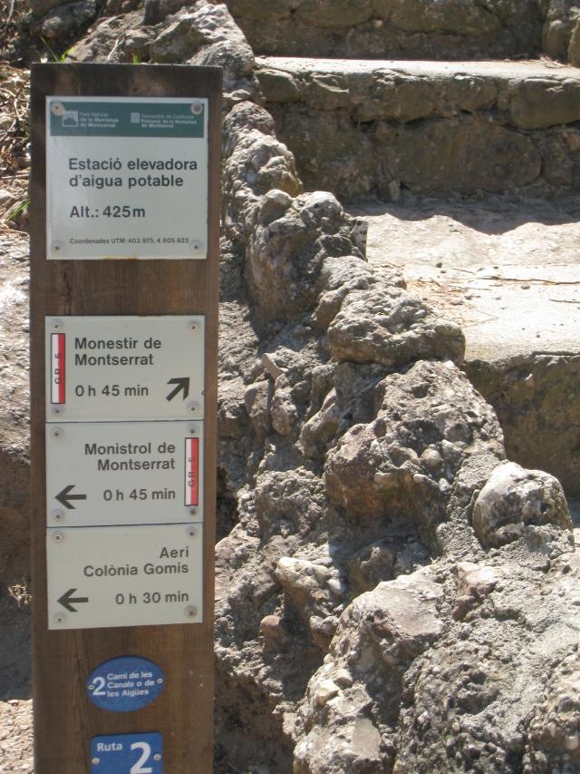 Señalización de la subida a Montserrat andando