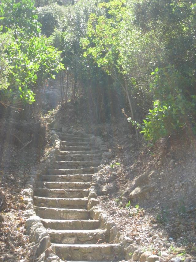 Tramos de escaleras de la subida a Montserrat a pie